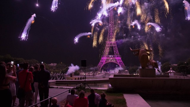 Love themed 14th July fireworks  Image courtesy of City of Paris © Guillaume Bontemps/Mairie de Paris