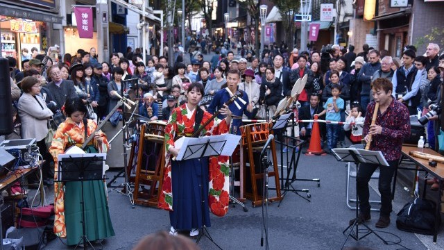 Kagurazaka Street stage O-edo Tour, 12 -13 November 2016. A programme of shop strolling, live and street performances, story-telling, traditional Japanese parlour games and evening live music. Photo © 渡部晋也. Courtesy of Tokyo Metropolitan Government.